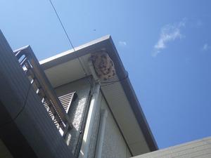 スズメバチの巣が2階の軒下に(福島県三春町).jpg