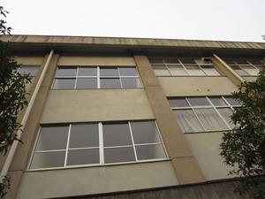 スズメバチの巣が3階建て校舎の軒下に作った巣 郡山市、10月中旬.jpg