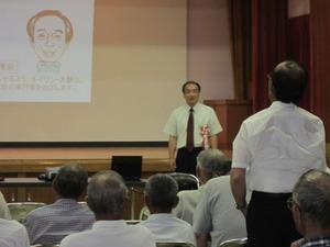 スズメバチの講演後の質疑応答中の大類幸夫 会津坂下町、7月27日