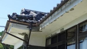 大玉村でスズメバチ駆除の現場-鬼瓦の中に巣.jpg