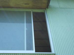 大玉村でスズメバチ駆除現場-納屋の窓を開けた部屋.jpg