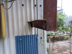 川俣町でスズメバチが出入りする壁の隙間.jpg