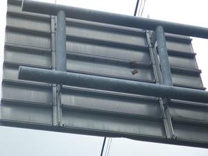 道路標識の裏に作ったスズメバチの巣を撤去後の様子(福島県三春町).jpg