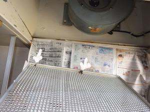 郡山市で台所の換気扇カバーにミツバチ.jpg