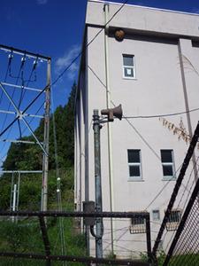 高い建物の高さ13m程ある軒下に巨大なキイロスズメバチの巣(福島県).jpg