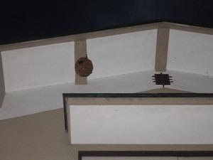 2階の軒下の高い所にあるキイロスズメバチの巣(白河市).jpg
